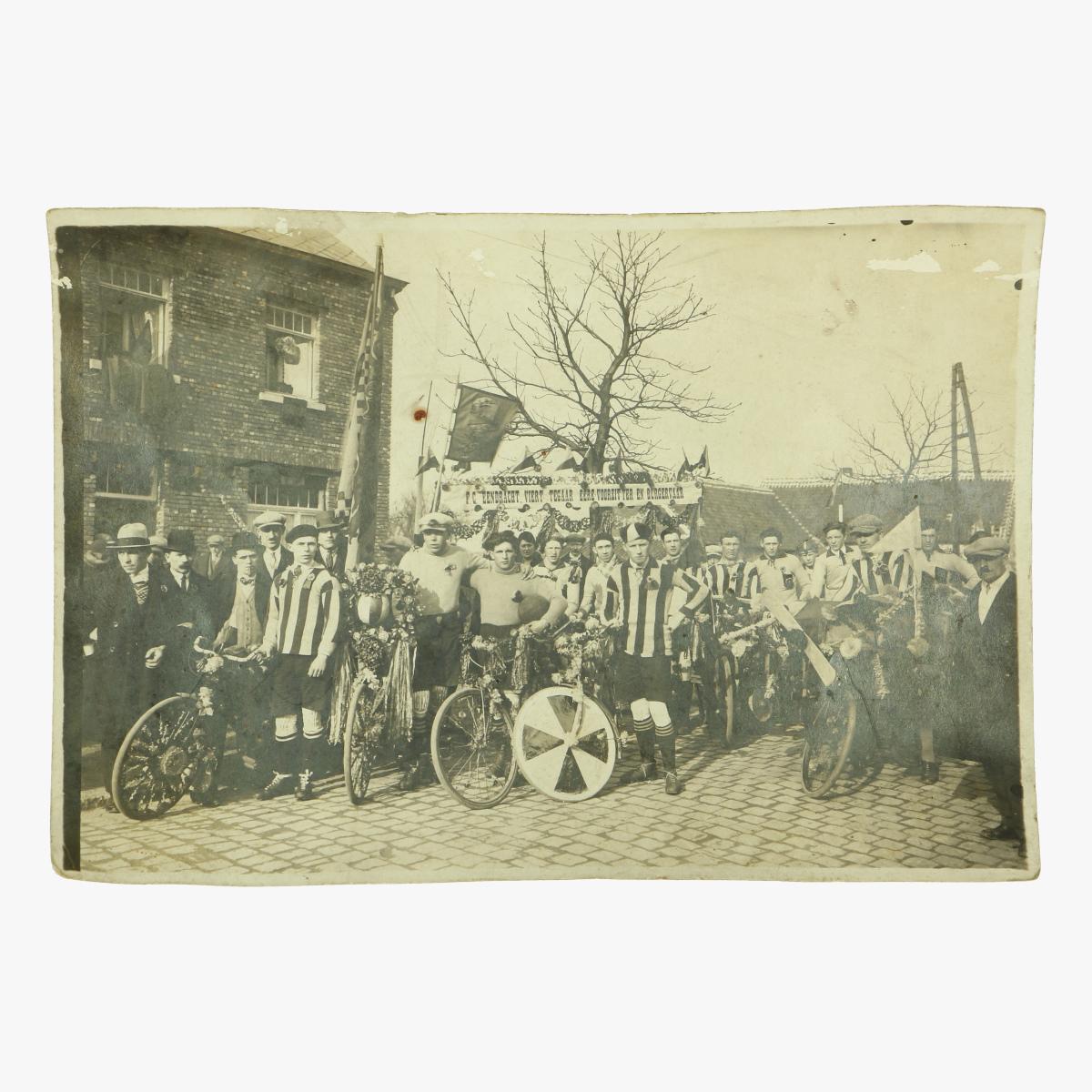 Afbeeldingen van oude foto F.C EENDRACHT VIERT TEGAAR ERE VOORZITTER EN BURGERVAAR