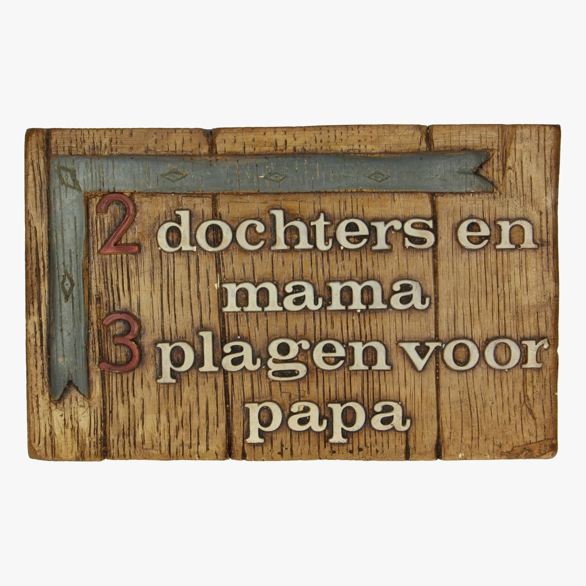 Afbeeldingen van 2 dochters en mama 3plagen voor papa. Bord in hout
