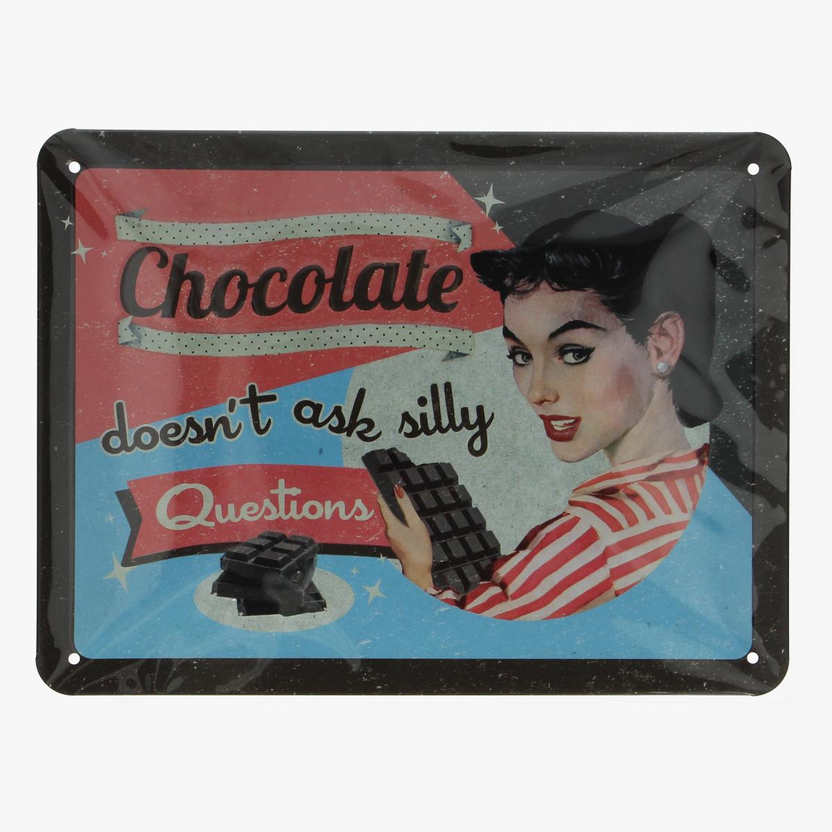 Afbeeldingen van blikken bordje chocolate doesn't ask silly questions (repro)