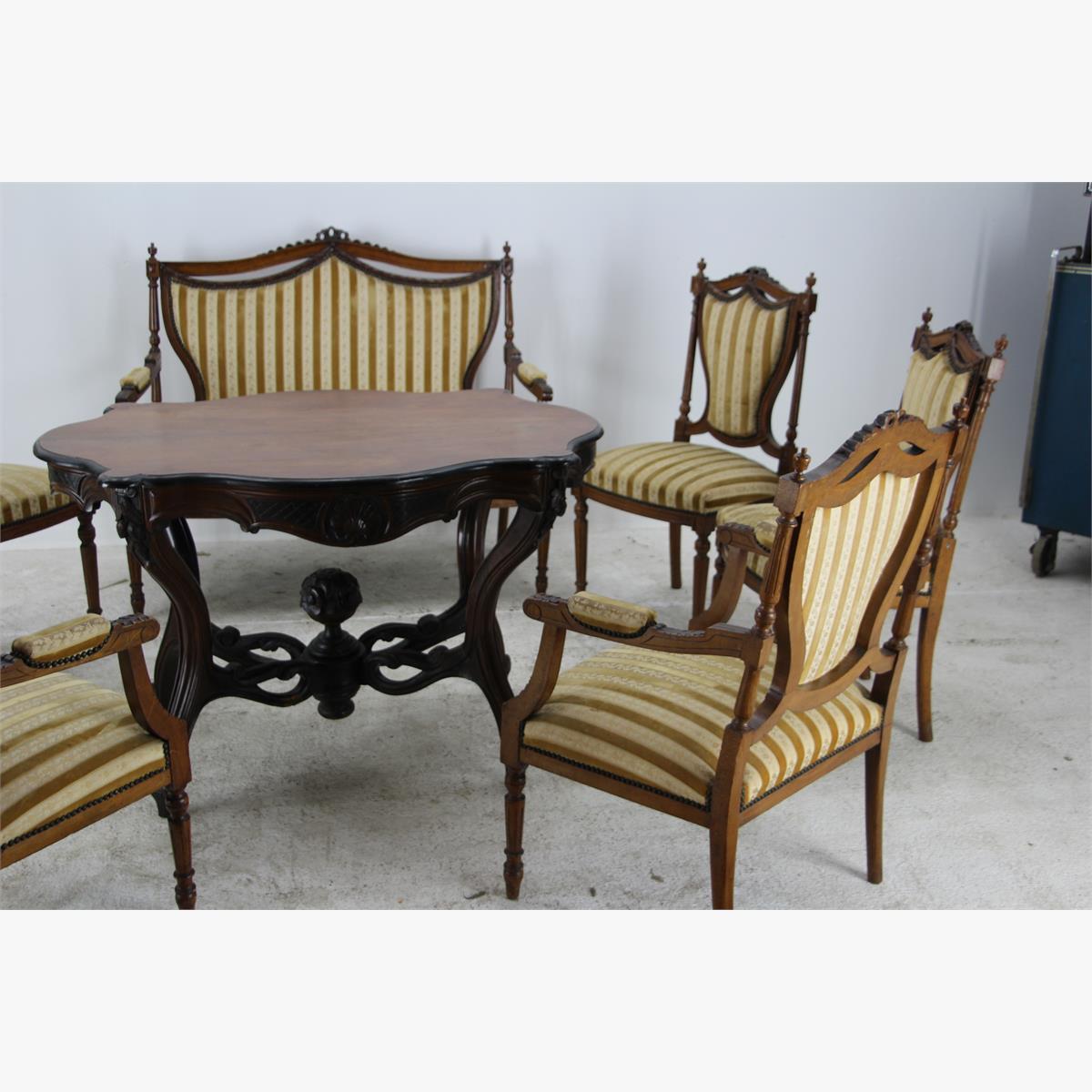 Afbeeldingen van antieke zithoek een zitbank twee armstoelen en vier gewone stoelen