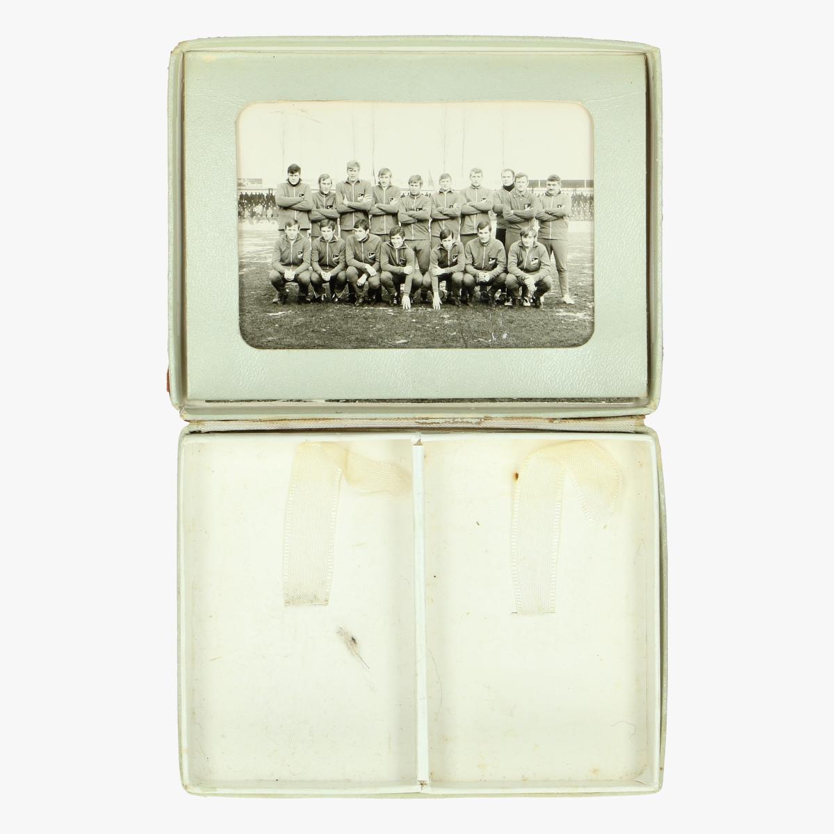 Afbeeldingen van kartonnen doosje met foto voetbalwedstrijd belgisch leger - Nederlands leger turnhout 31 maart 1971