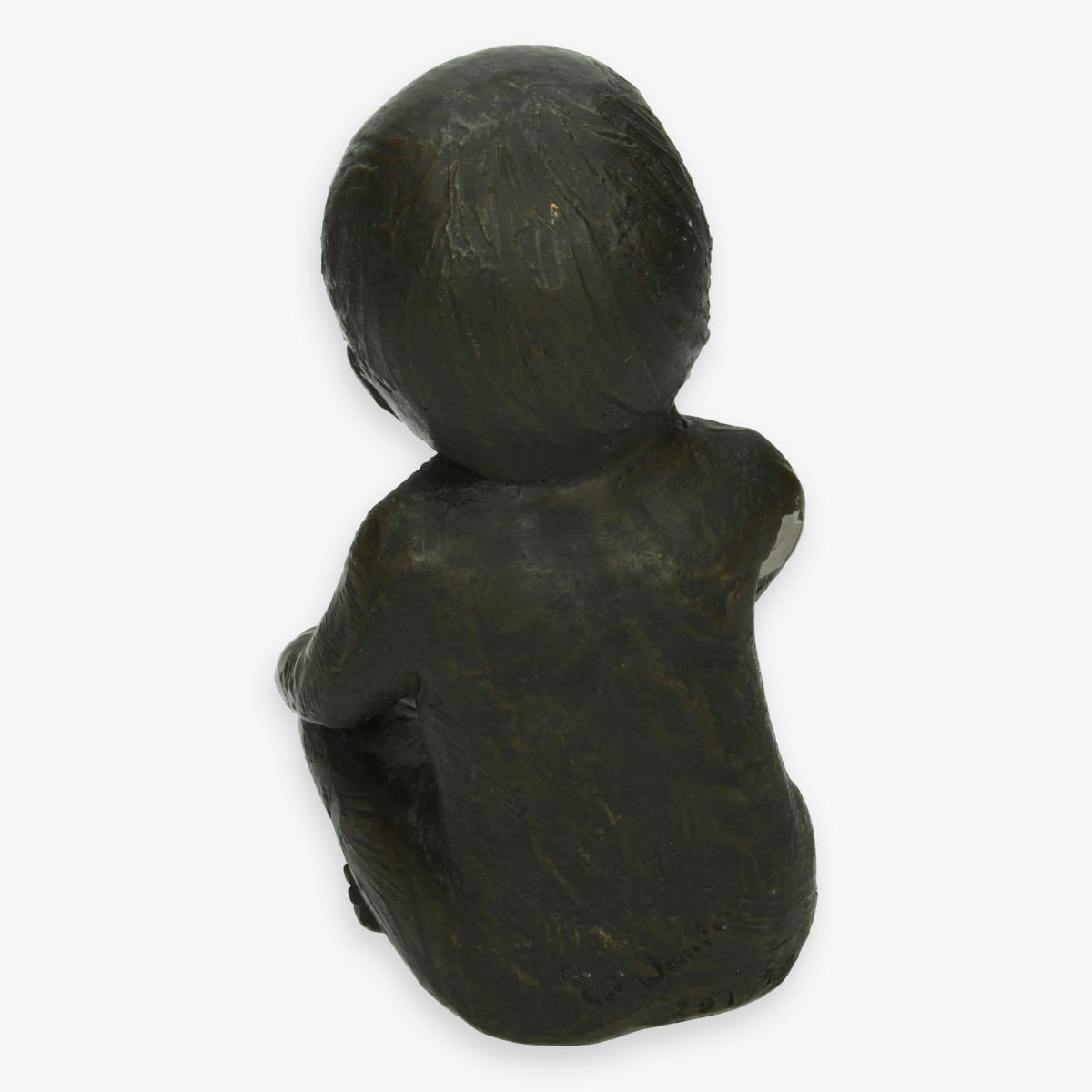 Afbeeldingen van beeldje baby steen ontbreekt een klein stukje glazuur