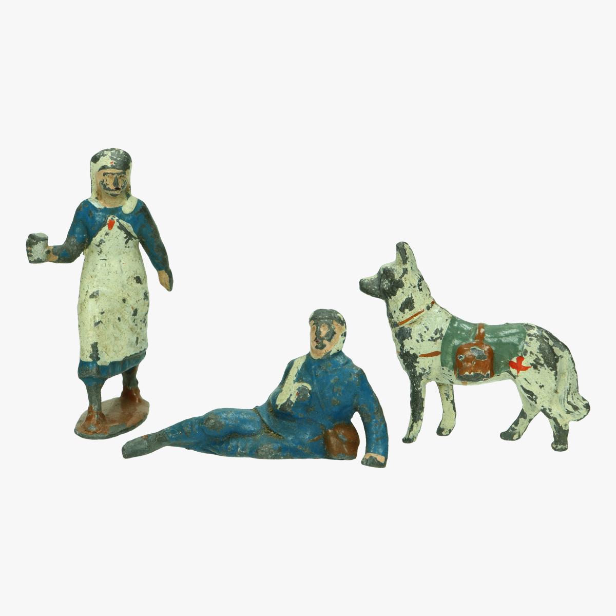 Afbeeldingen van loden figuurtjes verpleegster hond en gewonden