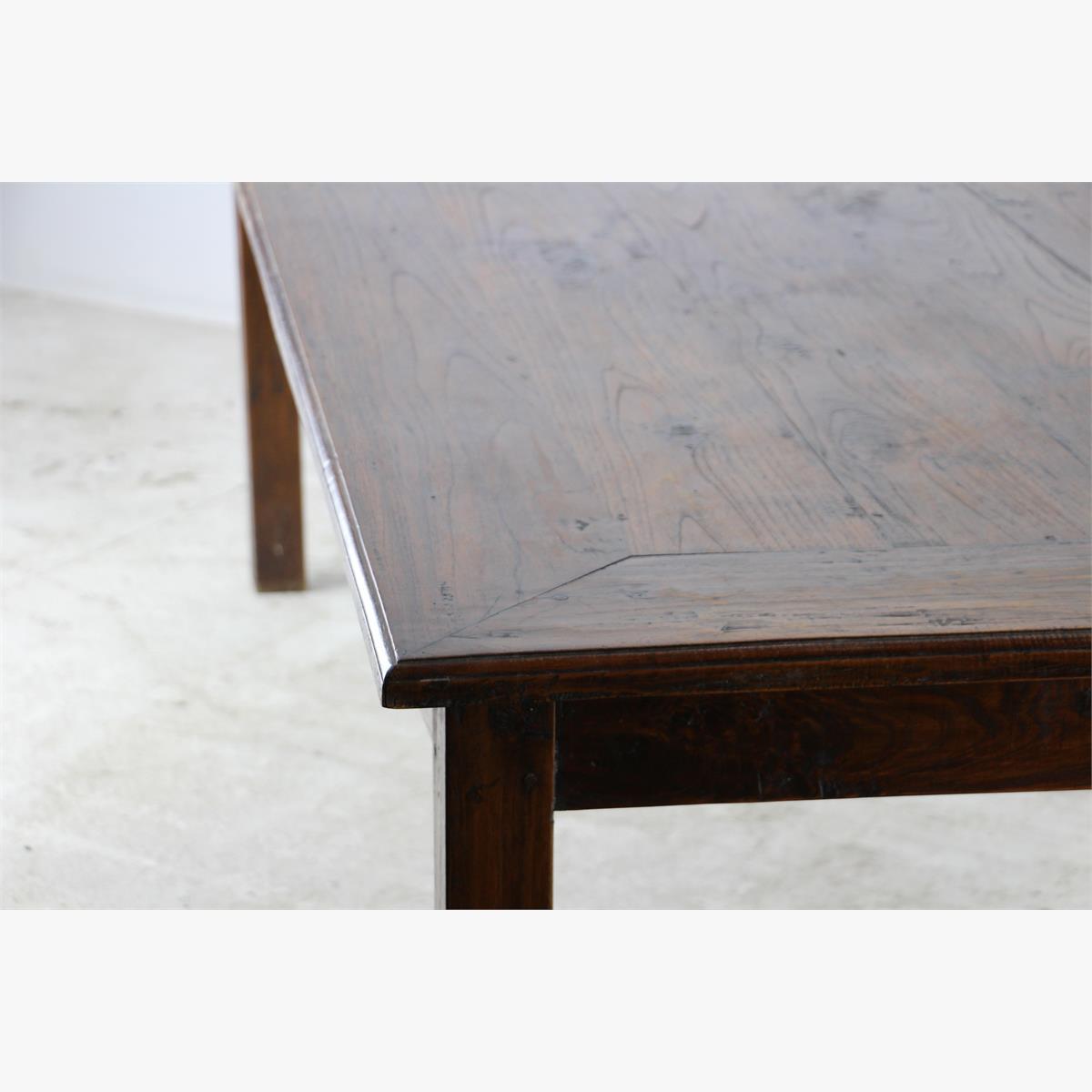 Afbeeldingen van prachtige grote massieve tafel
