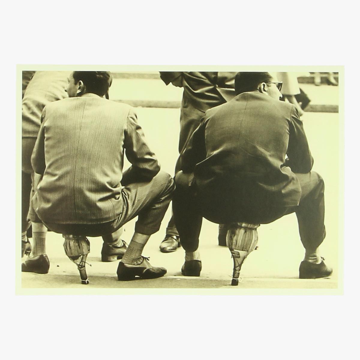 "Afbeeldingen van postkaart Mario De Biasi"" SEDUTI SUI FIASCHI ,MILANO "" 1949"
